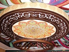 Витражный натяжной потолок в национальном стиле