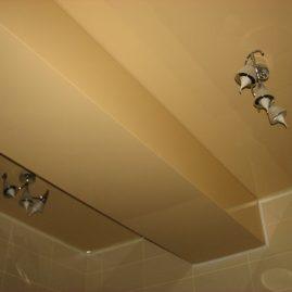 Ригели в квартире, декорированные глянцевым натяжным потолком