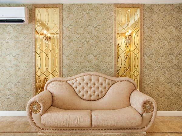 Золотистые фацетные зеркала в интерьере гостиной, Архистиль, Бишкек