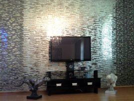 Потрясающее мозаичное панно серо-стальных тонов в ванной комнате