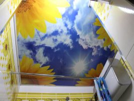Солнечный натяжной потолок с фотопечатью в ванной комнате