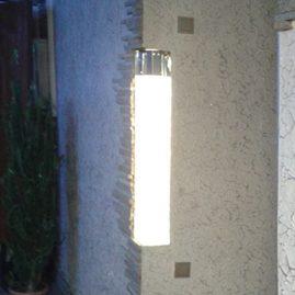 Световая колонна, вмонтированная в монолит стены