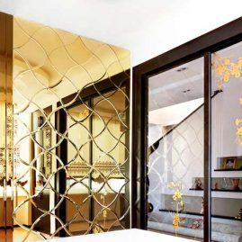 Большая зеркальная панель  под «золото» в холле