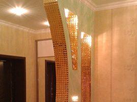 Декоративная стенка с окантовкой из граненой мозаики