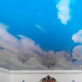 Натяжной потолок небесного цвета с фотопечатью в сауне