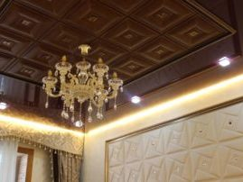 Мягкие панели из экокожи в сочетании с натяжными потолками