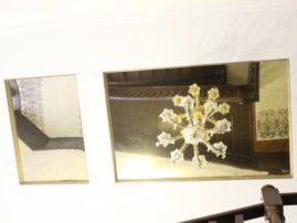 Зеркальный натяжной потолок над лестничным пролётом
