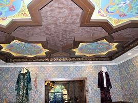 Витражный натяжной потолок этно с комбинированным дизайном