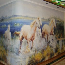 «Бегущие лошади» — красочная фреска в прихожей