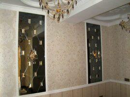 Черное фацетное зеркало с кристаллами в интерьере дома