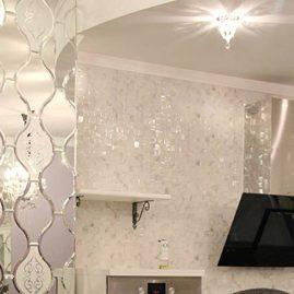 Колонна в кухне, обрамленная фацетными зеркалами