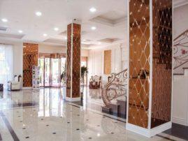 Оформление колонн и панелей отеля фацетными зеркалами