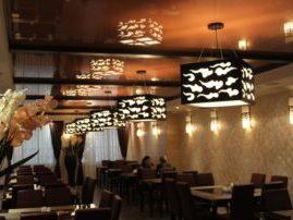 Глянцевый натяжной потолок в кафе